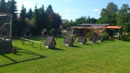 Wetterschutzhütten mit Sitzecke und Futterhaus im Hintergrund