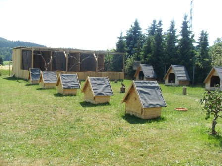 Wetterschutzhütten und Volieren der Greife